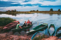 Беларусь Белорусский человек и 2 дет мальчиков плавая в старое деревянное Стоковые Фотографии RF