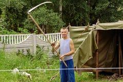 Беларусь, Минск - 14-ое августа 2018: Пожилой человек с косой в поле стоковое изображение rf