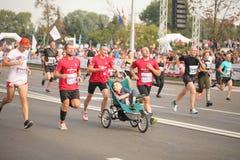 Беларусь, Минск, сентябрь 2018: спортсмены и вентиляторы марафона Минска половинного заканчивают стоковые фото