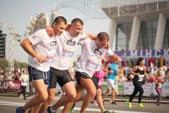 Беларусь, Минск, сентябрь 2018: спортсмены и вентиляторы марафона Минска половинного заканчивают стоковые изображения rf