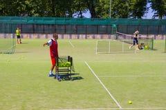 Беларусь, Минск 08 06 2018 тренер служат теннисный мяч тренер по теннису стоковые изображения rf