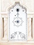 Белая арабская дверь с руками Фатимы в Тунисе на Mahadia Стоковые Изображения RF