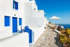 Белая архитектура на острове Santorini, Греции стоковые изображения rf