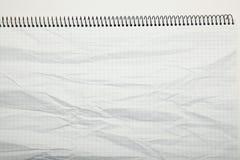 Белая бумага скомкала текстуру в клетке, конспект Предпосылка блокнота стоковая фотография rf