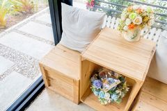 Белая ваза цветка подушки на деревянной коробке как стул Стоковая Фотография
