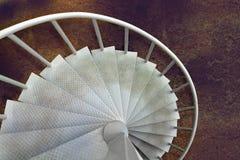 Белая винтовая лестница загрязненной стали в фабрике Стоковые Изображения RF