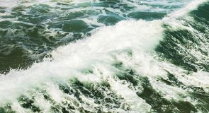 Белая вода созданная сильной ломая волной Стоковая Фотография RF