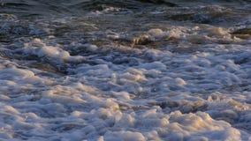 Белая волна перед штормом приходит видеоматериал