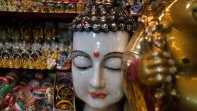 Белая голова статуи Будды снятая с больше идолов в предпосылке стоковые фотографии rf