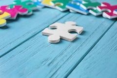 Белая головоломка на предпосылке цвета деревянной Стоковое Изображение RF
