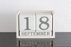 Белая дата 18 настоящего момента календаря блока и месяц сентябрь Стоковое фото RF