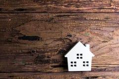 Белая деревянная игрушка дома на деревянной предпосылке с космосом экземпляра Реальный Стоковые Фото