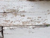 Белая деревянная предпосылка со старой краской, отказами, scuffs Космос под текстом Старый пень в побелке стоковое фото