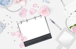 Белая женственная предпосылка Плоское положение Розовые розы, зеркало, подарок, сумка установьте текст Жизнерадостный разум кажды Стоковое Изображение