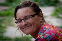 Белая женщина с усмехаться стекел стоковое изображение