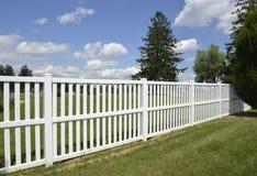 Белая загородка винила зеленой лужайкой Стоковые Изображения RF