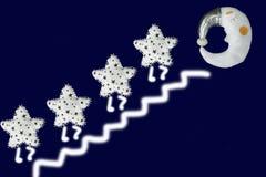 Белая звезда идет вверх по лестницам к луне спать в серебряном bonnet на предпосылке сини военно-морского флота стоковое фото
