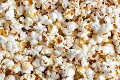 Белая и желтая свежая посоленная предпосылка текстуры попкорна стоковое изображение rf
