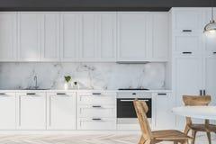 Белая и мраморная кухня с таблицей иллюстрация штока