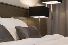 Белая и серая спальня стоковые фото