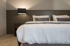 Белая и серая спальня стоковая фотография rf