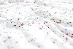 Белая и флористическая предпосылка простынь стоковое фото rf