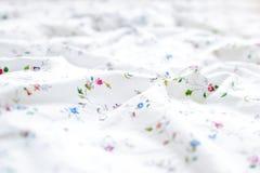 Белая и флористическая предпосылка простынь стоковое изображение rf