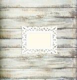 Белая картинная рамка сбора винограда на старой деревянной предпосылке Стоковые Фотографии RF