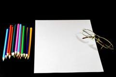 Белая карточка на черной таблице Стекла и карандаш Место, который нужно сделать не Стоковые Изображения
