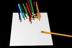 Белая карточка на черной таблице Стекла и карандаш Место, который нужно сделать не Стоковое Фото
