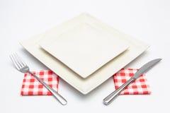 Белая квадратная плита на белом деревянном столе стоковые фотографии rf