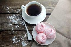 Белая керамическая чашка с десертом черного кофе и зефира на деревянном столе, взгляд сверху Стоковая Фотография RF
