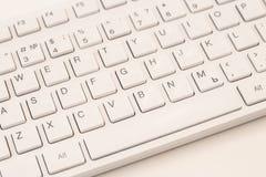 Белая клавиатура компьютера на белой предпосылке, конец-вверх стоковые изображения