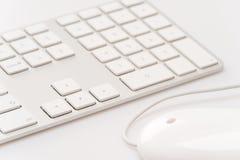 Белая клавиатура с мышью компьютера Стоковое Изображение