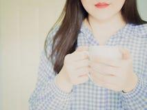 Белая кожа улыбки женщины красоты с красным ртом в голубом sleepwea Стоковая Фотография