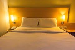 Белая комната кровати стоковые изображения rf
