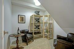 Белая комната чердака с кожаными креслами Стоковые Изображения RF