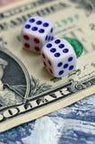 Белая кость на долларовой банкноте долларов США Концепция играть в азартные игры с тарифами в денежной единице Стоковое Изображение RF