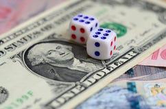 Белая кость на долларовой банкноте долларов США Концепция играть в азартные игры с тарифами в денежной единице Стоковое фото RF