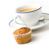 Белая кофейная чашка на плите и булочке Стоковые Изображения