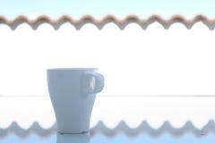 Белая кофейная чашка снаружи в утре Стоковое Фото