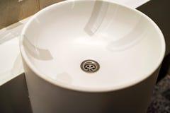 Белая круглая раковина в современной ванной комнате стоковое фото