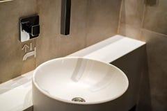 Белая круглая раковина в современной ванной комнате стоковое изображение