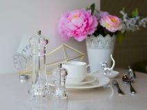 Белая кружка вазы с цветками в кухне Стоковые Фотографии RF