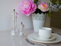 Белая кружка вазы с цветками в кухне Стоковые Изображения RF