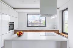 Белая кухня с островом стоковые фотографии rf