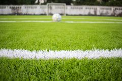 Белая линия маркировка на искусственной зеленой траве footbal, футбольное поле Стоковая Фотография