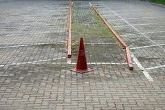 Белая линия на поле для того чтобы сломать предел канала для автомобиля стоковые фото