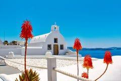Белая маленькая церковь на острове Santorini стоковое изображение rf