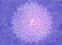 Белая мандала с знаком Aum/Om на фиолетовой и фиолетовой предпосылке иллюстрация штока